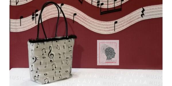 Bézs kottás női táska fekete szőrmével